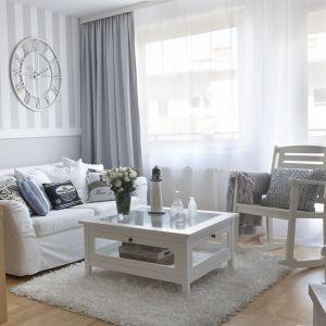 Wnętrza w stylu skandynawskim, na zdjęciu: pokrowiec na sofę, kolekcja tkanin Cotton Panama. Fot. Dekoria.pl