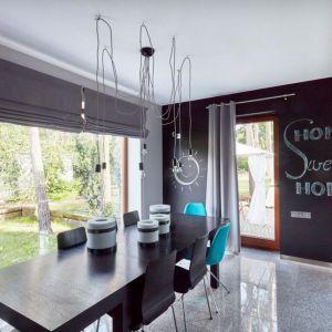 Wnętrza w stylu skandynawskim, na zdjęciu: zasłona zaciemniająca na kółkach. Fot. Dekoria.pl