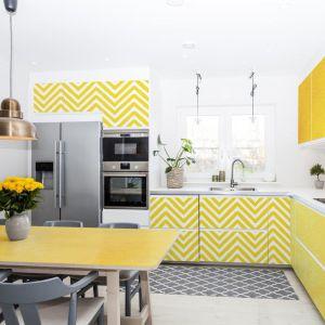 Kolorowa, wiosenna kuchnia z fototapetą. Fot. Pixers