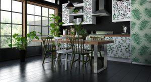 Kuchnia to dobre miejsce do wprowadzenia żywych kolorów i ciekawych wzorów zarówno na ścianach jak i meblach.