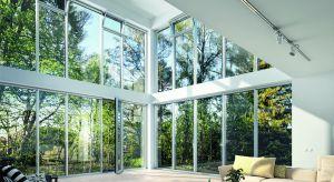 Powstające dziś budynki jedno i wielorodzinne cechuje duża powierzchnia przeszkleń w elewacji, w postaci dużych aluminiowych okien, a nawet całych pasm okiennych.
