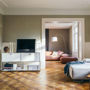 Meble modułowe dają swobodę komponowania ze sobą otwartych półek, szafek i szuflad, dlatego może znaleźć miejsce w każdego rodzaju pomieszczeniu. Fot. Mood-Design
