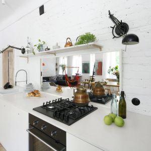 Ściana nad blatem w kuchni. Projekt: Ewelina Pik, Maria Biegańska. Fot. Bartosz Jarosz