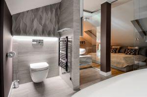 Oryginalny apartament na wielu poziomach - prywatna łazienka przy sypialni gospodarzy. Projekt i zdjęcia: Aleksandra Pałczak-Czajkowska