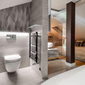 Oryginalny apartament na wielu poziomach - prywatna łazienka przy sypialni gospodarzy. Projekt: Aleksandra Pałczak-Czajkowska. Fot. Bartosz Gebalski