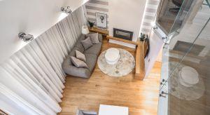 Całkowita powierzchnia apartamentu liczy ponad 100 m kw. Są one rozłożone na kilku poziomach, a projektantka postarała się funkcjonalnie wykorzystać każdą przestrzeń.