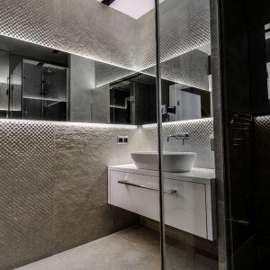 Oryginalny apartament na wielu poziomach - łazienka dla gości. Projekt: Aleksandra Pałczak-Czajkowska. Fot. Bartosz Gebalski