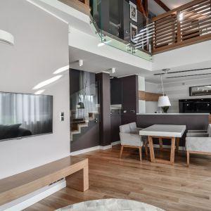 Oryginalny apartament na wielu poziomach - część dzienna. Projekt: Aleksandra Pałczak-Czajkowska. Fot. Bartosz Gebalski