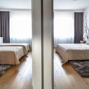 Oryginalny apartament na wielu poziomach - sypialnia na antresoli. Projekt: Aleksandra Pałczak-Czajkowska. Fot. Bartosz Gebalski