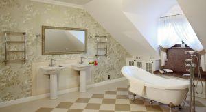 Elegancka przestrzeń łazienki w stylu retro zachwyca oryginalnym wystrojem i przytulną atmosferą.