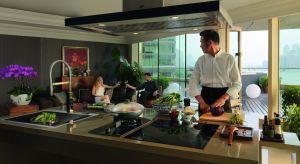 Kompaktowe lub z rozmachem, tradycyjne i designerskie – kuchnie w nowoczesnych mieszkaniach czy apartamentach to zdecydowanie więcej niż przestrzenie do gotowania. To równocześnie strefy wypoczynku i pracy.