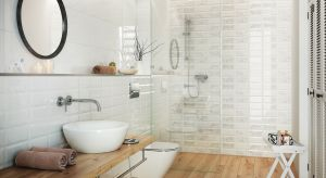 Wybierając materiały na podłogi i ściany małej łazienki sięgajmy po te, które rozjaśnią wnętrze, a dodatkowo pomogą oszukać oko sprawiając, że pomieszczenie będzie wydawać się większe.