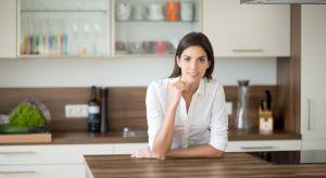 Jedną z najbardziej newralgicznych powierzchni w kuchni jest ściana nad blatem, która pełni nie tylko funkcję dekoracyjną, ale również użytkową.