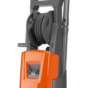 Alejki, podjazdy, ogrodzenia, meble ogrodowe, elewacje, auta, rowery i motocykle – nowe myjki ciśnieniowe Husqvarna wraz z odpowiednimi akcesoriami skutecznie poradzą sobie z ich czyszczeniem. Myjka ciśnieniowa Husqvarna PW 125. Fot. Husqvarna