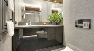 Rysunek drewna zdobiący przestronną strefę prysznica i strukturalne płytki niczym z kamienia nadały niewielkiej łazience wyjątkowy charakter. Połączone z nowoczesnymi technologiami i sprytnymi zabiegami aranżacyjnymi gwarantują komfort każdego