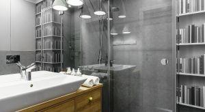 Właściciele tej łazienki to zagorzali czytelnicy, nie bojący się żartobliwych akcentów w aranżacji wnętrz. To jednak również zwolennicy neutralnej skandynawskiej stylistyki. Dlatego też we wnętrzu tym spotykają się oryginalne detale z ponad