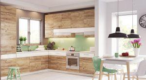 Mimo że moda na kolory mebli do kuchni zmienia,to nadal dominują dekory dębowe, proponowane zarówno wrealistycznych, jak i bardziej fantazyjnych interpretacjach naturalnego rysunku drewna.<br /><br />