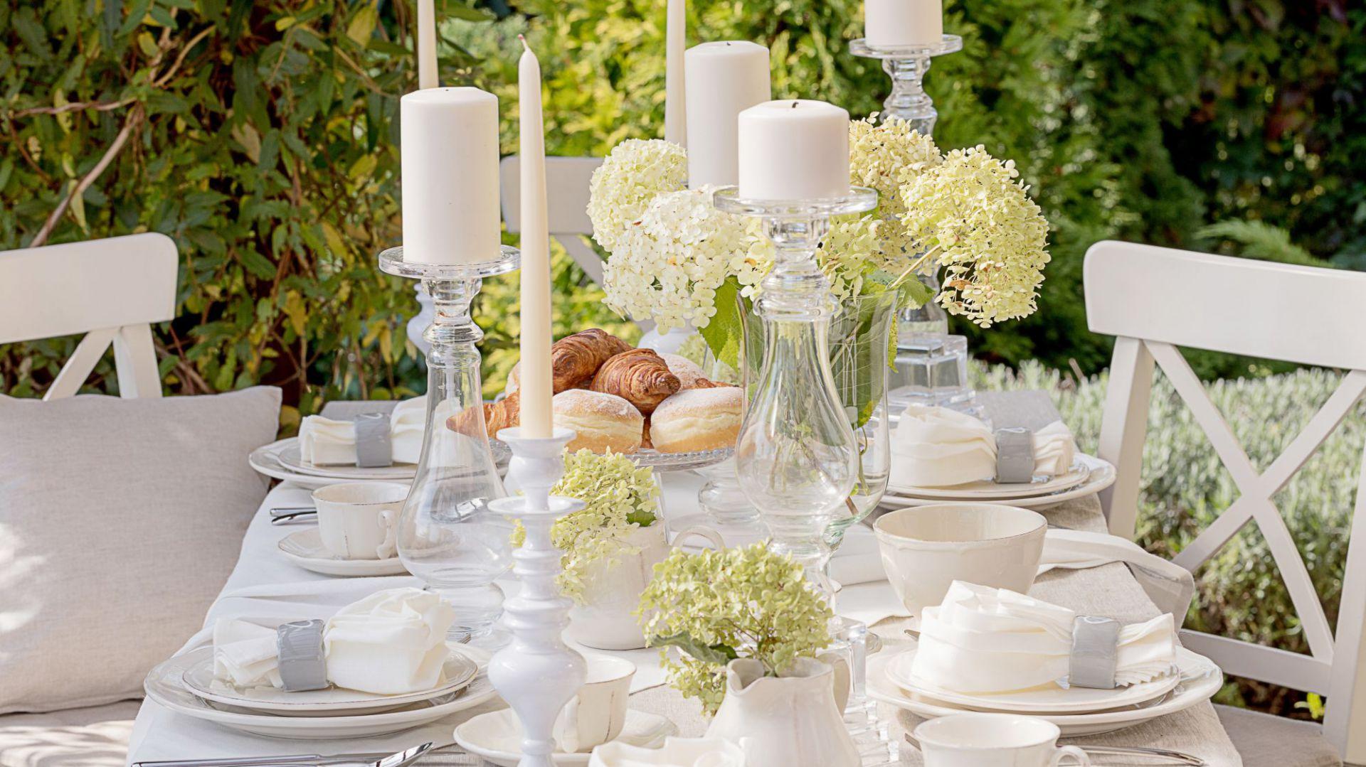 Przyjęcie komunijne w domu lub ogrodzie - dekoracja stołu. Fot. Dekoria.pl