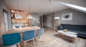 Inwestorzy podjęli decyzję o adaptacji poddasza ze względu na powiększającą się rodzinę.<br />Dotychczas, w części domu wielorodzinnego na piętrze posiadali sypialnie, salon i łazienkę.<br />Napoddaszu musiało znaleźć się wi