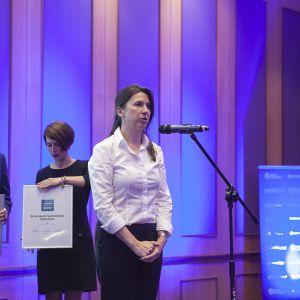 Nagrodę w kategorii Baterie Łazienkowe dla serii baterii Vaia marki Dornbracht odebrała przedstawicielka marki, Joanna Bartnik. Fot. Marek Misiurewicz