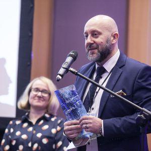 Nagrodę główną w kategorii Brodziki przynano brodzikowi Helios marki Roca. Statuetkę odebrał Michał Szymański, przedstawiciel firmy Roca. Fot. Marek Misiurewicz