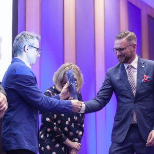 Drugą nagrodę główną w kategorii Grzejniki i Akcesoria odebrał Paweł Nowicki z firmy TECe za TECElux mini – przycisk spłukujący do WC z uruchamianiem elektrycznym. Fot. Marek Misiurewicz