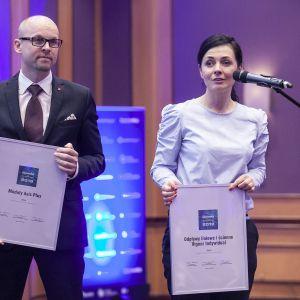 W kategorii Instalacje Łazienkowe przyznano dwa wyróżnienia: modułom Asis Plus marki Emco oraz odpływom liniowym i ściennym Vigour Individual. Nagrody odebrali Mariusz Kołpak, dyrektor sprzedaży firmy Emco oraz Iwona Chybicka, szef projektu Elements. Fot. Marek Misiurewicz