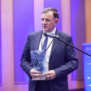 Nagrodę główną w kategorii Łazienka dla niepełnosprawnych i osób 50+ otrzymała wanna dla osób starszych Avo marki Polimat. Statuetkę odebrał Roman Brejecki. Fot. Marek Misiurewicz