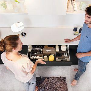 System szuflad Avantech wykonanych z najwyższej jakości aluminium. Minimalne wzornictwo, proste linie i precyzyjne krawędzie zapewniają elegancję również wewnątrz szuflady; na prowadnicy Acro 5D. Dostępny w ofercie firmy Hettich. Fot. Hettich