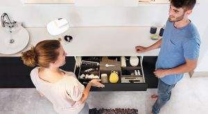 Dobra organizacja przedmiotów to podstawa aranżacji małej łazienki. Komfort korzystania z niewielkiej przestrzeni zapewnią praktyczne szuflady, carga, kosze i akcesoria.