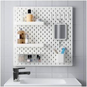 Perforowana tablica SKÅDIS montowana na ścianie pozwalająca na dowolną aranżację swojego kącika łazienkowego – sami możemy decydować o ilości i wysokości rozmieszczenia półek, kubka czy wieszaków. Dostępna w ofercie IKEA. Cena: 105 zł. Fot. IKEA