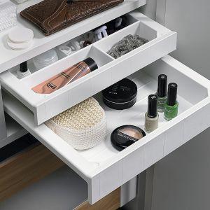 Elegancki i dyskretny system piórnikowy Smart Tray pozwalający zachować idealny porządek w łazience pozwalający pogrupować opakowania z kosmetykami i drobiazgi łazienkowe w osobnych szufladkach, a te z kolei estetycznie zamknąć jednym dużym frontem. Dostępny w ofercie firmy Hettich. Wycena indywidualna. Fot. Hettich