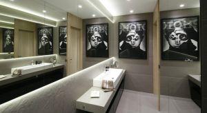 Ponieważ w każdej łazience zawsze powinno się znaleźć lustro, warto wykorzystać ten nieodłączny element aranżacji przestrzeni do jej powiększenia optycznego. Im większe lustro, tym większa wyda się łazienka.