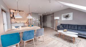 Projekt adaptacji starego poddasza zakładał stworzenie przestrzeni dziennej dla rodziny z dwójką dzieci.