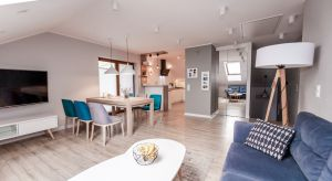 Projekt adaptacji starego poddasza zakładał stworzenie przestrzeni dziennej dla rodziny z dwójką dzieci. Poddasze łączy się z nową częścią domu, gdzie mieści się łazienka, sypialnia oraz pokoje dzieci.