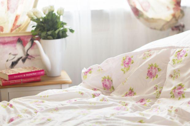 Wzór kwiatowy niezmiennie króluje wśród dekoratorskich trendów. Niezależnie od stylu, w jakim urządzona jest sypialnia, odpowiednie połączenie naturalnych barw, tkanin oraz motywów roślinnych, stworzą wspaniały, wiosenny nastrój.