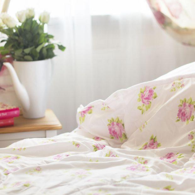 Wiosenna metamorfoza sypialni - kwiaty ożywią wnętrze