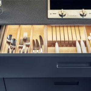 Kompaktowa kuchnia w oryginalnym ciemnym kolorze. Fot. Zajc