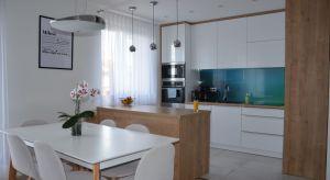 Ponadczasowość tego niewielkiego mieszkania w Iławie gwarantują stonowane, eleganckie szarości i biele. Motyw przewodni wnętrza to mocne, turkusowe akcenty. Odnajdziemyje w każdym z pomieszczeń.