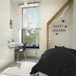 Drewniana zabudowa nad łóżkiem stanowi swego rodzaju strefę wyciszenia przed snem. Projekt: Kamila Snela (Wnętrzomania)
