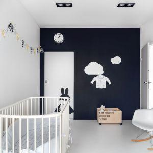 Czarno-biały pokój niemowlaka? Dlaczego nie? Po urodzeniu dziecko widzi jedynie kontrastowe zestawienia bieli i czerni, pod warunkiem jednak, że są one duże i wyraźne. Projekt: Aleksandra Mierzwa, Wiktor Kurc (Maka Studio)