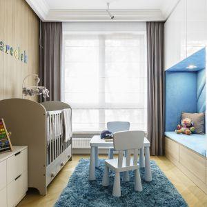 Ciepły i przytulny pokój chłopca, w którym konsekwentnie wykorzystano kolorystykę dębu. Projekt: Anna Maria Sokołowska