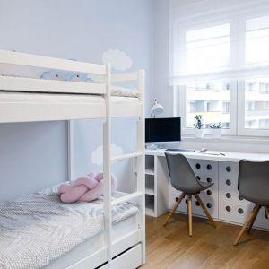 Pokój rodzeństwa - każde z dzieci ma swój własny kącik i miejsce do pracy. Projekt: Klaudia Tworo