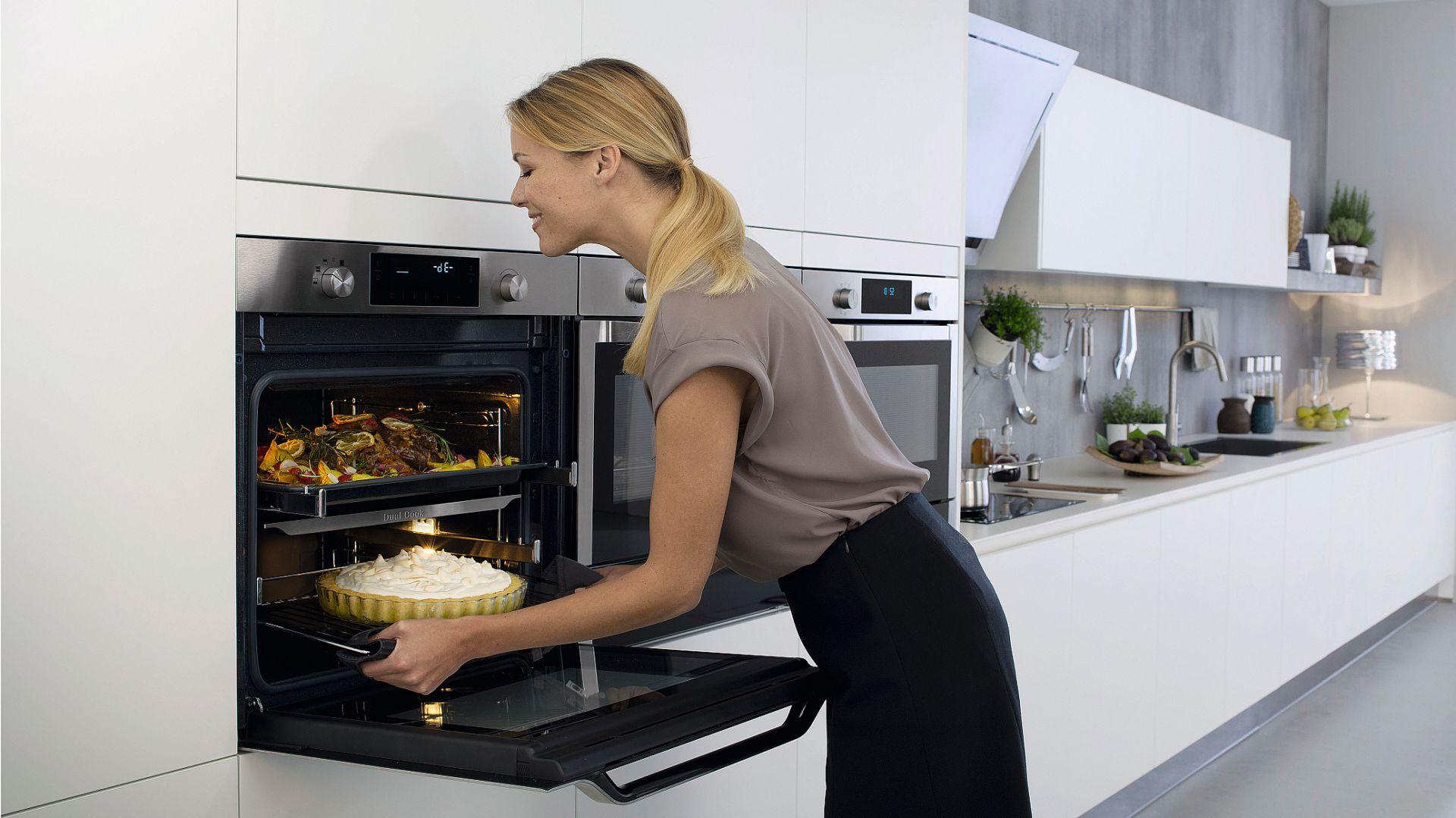 Piekarnik NV75J5540RS z technologią Dual Cook™firmy Teka pozwala przyrządzić ciasto i pieczeń równocześnie, bez obaw, że ich zapachy się przenikną. Wnętrze można podzielić na dwie komory i ustawić w nich dwa niezależne tryby i różne temperatury. Rozwiązanie sprawia, że przygotowywanie tych potraw zajmuje znacznie mniej czasu. Cena: 2.298 zł. Fot. Samsung