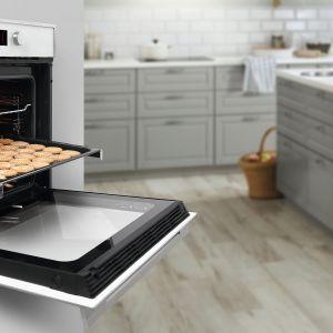 Piekarnik Wish HLB 840P marki Teka w modnym białym kolorze Wnętrze piekarnika powiększono do 70 l. Prowadnice teleskopowe i system zamykania drzwi SoftClose ułatwią wkładanie i wyjmowanie potraw. 8 funkcji grzania pozwoli dobrać odpowiednie parametry pieczenia, a funkcja szybkie nagrzewanie oszczędzi czas i energię. Cena: 2.599 zł. Fot. Teka
