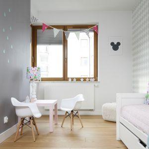Piękny pokój w spokojnych kolorach to oaza małej księżniczki. Projekt: Przemek Kuśmierek. Fot. Bartosz Jarosz