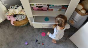 Pokój dziecka to jego mały świat. Może być krainą oddzieloną zupełnie od reszty domu, wypełnioną kolorami i wzorami. Może też być przestrzenią korespondującą z resztą mieszkania tak, by przekroczenie progu dziecięcego pokoju nie przypraw