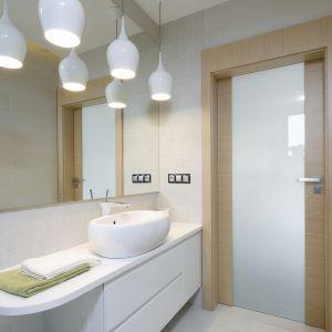 Oświetlenie w łazience. Projekt: Renata Modrzyńska-Kasiak. Fot. Bartosz Jarosz