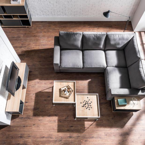 Wiosenny remont salonu - postaw na jasną podłogę