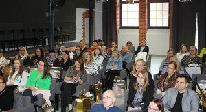 25 kwietnia w szczecińskiej Starej Rzeźni odbyło się kolejne spotkanie dla projektantów z cyklu Studio Dobrych Rozwiązań. W prawdziwym maratonie inspiracji i wiedzy wzięło udział 70 architektów wnętrz. Przeczytajcie naszą relację z wydarzeni